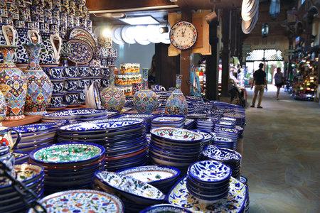 Photo pour DUBAI, UAE - NOVEMBER 23, 2017: Souvenir shop at Souk Madinat Jumeirah in Dubai. The traditional Arab style bazaar is part of Madinat Jumeirah resort. - image libre de droit