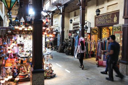Photo pour DUBAI, UAE - NOVEMBER 23, 2017: People shop at Souk Madinat Jumeirah in Dubai. The traditional Arab style bazaar is part of Madinat Jumeirah resort. - image libre de droit