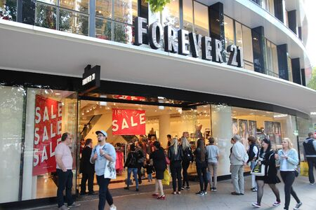 Photo pour BERLIN, GERMANY - AUGUST 27, 2014: People visit Forever 21 fashion store at Tauentzienstrasse in Berlin. There are more than 700 Forever 21 stores worldwide (2015). - image libre de droit