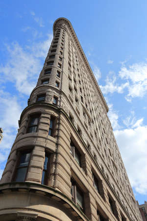 Photo pour NEW YORK, USA - JULY 3, 2013: Flatiron Building in New York. Flatiron is one of the most recognizable buildings in NY and is considered National Historic Landmark. - image libre de droit