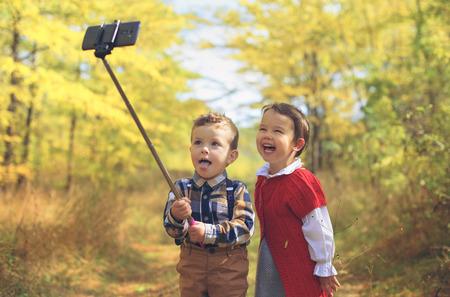 Photo pour two little kids taking selfie - image libre de droit