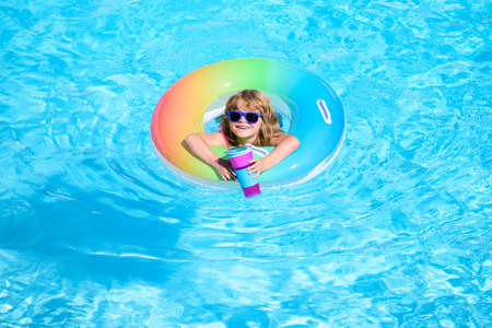 Photo pour Child in swimming pool. Summer kids cocktail party. Summer beach fun. - image libre de droit