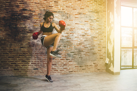 Foto de Young female boxer training fitness boxing at gym, exercise fitness for healthy and slim body - Imagen libre de derechos