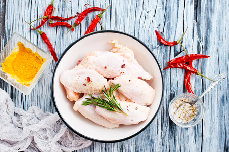 Photo pour raw chicken wings with spice and salt - image libre de droit