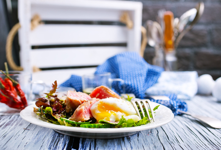 Photo pour salad with tuna and boiled egg on plate - image libre de droit