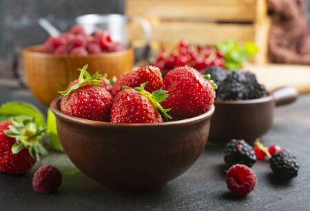 Photo pour Various fresh summer berries, ripe strawberries, raspberries, blackberry - image libre de droit