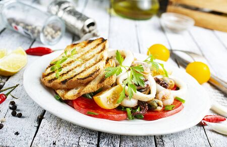Photo pour salad with fresh vegetables seafood croutons on plate - image libre de droit