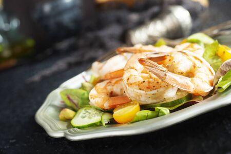 Photo pour fried shrimps with fresh salad on plate - image libre de droit