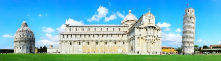 Photo pour Piazza dei Miracoli complex with the leaning tower of Pisa , Italy  - image libre de droit