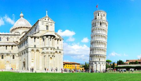 Photo pour Tourist visiting the leaning tower of Pisa , Italy  - image libre de droit