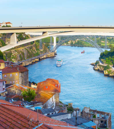 Photo pour ships and boats on Douro river, Porto, Portugal - image libre de droit