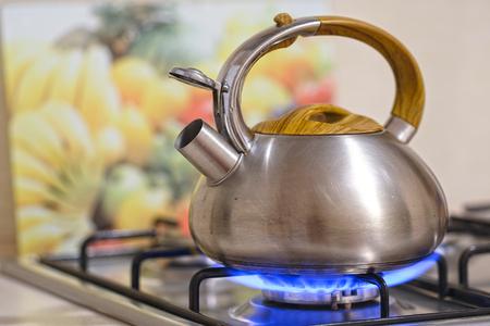 Foto de Kettle on a stove - Imagen libre de derechos