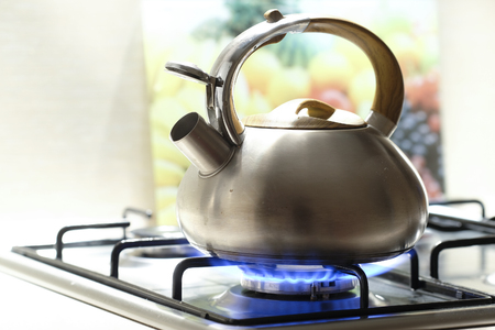 Photo pour Kettle on a stove - image libre de droit