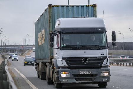 Photo pour Klimovsk, Moscow region, Russia - April, 6, 2019: trucks on a highway in Moscow region, Russia - image libre de droit