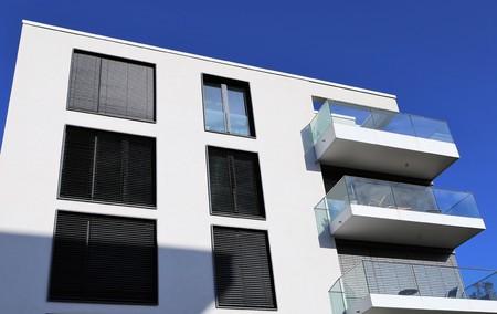 Photo pour Windows with blinds on a apartment building - image libre de droit