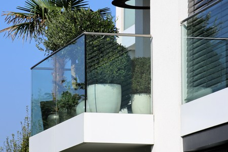 Photo pour Balcony railing with glass and stainless steel - image libre de droit