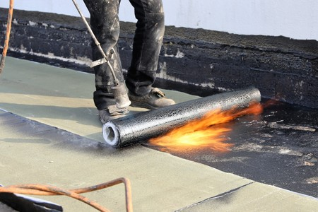 Photo pour Waterproofing flat roof with bitumen sealing membranes - image libre de droit