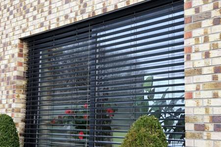 Photo pour Window with modern blind, exterior shot - image libre de droit