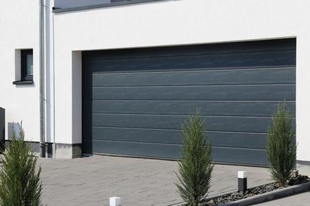 Photo pour Modern new garage door (sectional door) - image libre de droit