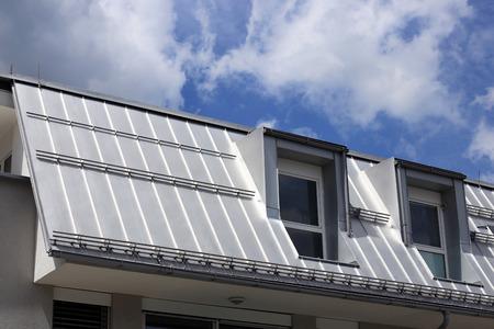 Foto de Metal standing seam roof - Imagen libre de derechos