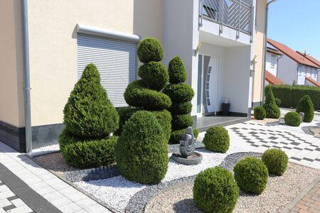 Photo pour Modern front yard with decorative gravel and boxwoods - image libre de droit