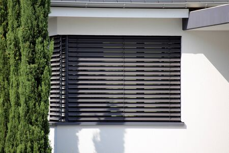 Photo pour Window with modern blind, exterior shot - image libre de droit