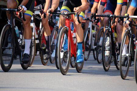 Photo pour Detailed view of a cycle race - image libre de droit