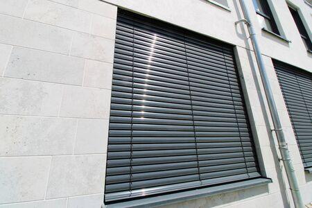 Photo pour Window with external venetian blind, exterior shot - image libre de droit