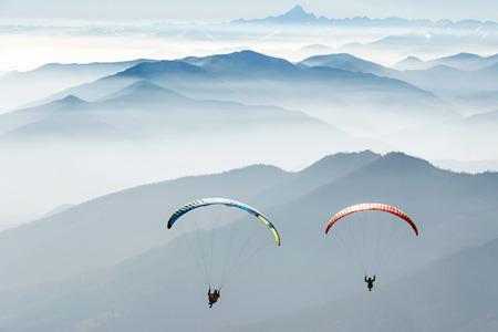 Foto de paragliding on the mountains - Imagen libre de derechos