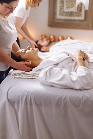 Photo pour Young couple receiving head massage at beauty spa - image libre de droit
