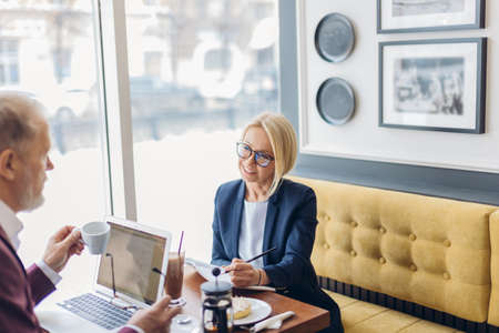 Foto de awesome blond woman obtain an interview. journalist working with a celebrity. job, profession, occupation - Imagen libre de derechos