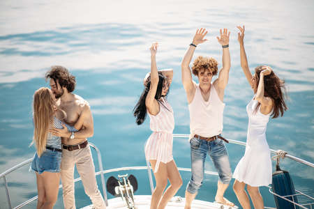 Photo pour Young yoyful people having fun in boat party - Happy friends enjoying sea trip to islands. Marine Cruise, Travelling and Vacations - image libre de droit