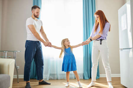 Photo pour young mother and father share child girl, divided kid, going to ber divorced. they have amily conflict, scandal, quarrel between husband and wife - image libre de droit