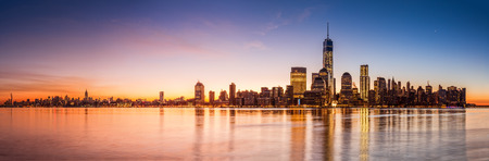 Photo pour New York skyline at sunrise, viewed from Jersey City across the Hudson River - image libre de droit
