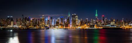 Foto de New York skyline panorama by night on Saint Patricks Day - Imagen libre de derechos