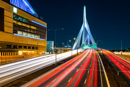 Foto de Rush hour traffic on Zakim Bunker Hill bridge in Boston, MA - Imagen libre de derechos