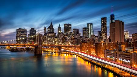 Foto de Brooklyn Bridge and the Lower Manhattan at dusk - Imagen libre de derechos