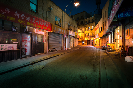 Foto de NEW YORK - JUNE 18, 2016: Doyers Street by night, in NYC Chinatown. The bend became known as the Bloody Angle because of numerous gang shootings. - Imagen libre de derechos