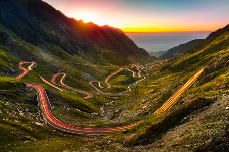 Photo pour Traffic trails on Transfagarasan pass at sunset. Crossing Carpathian mountains in Romania, Transfagarasan is one of the most spectacular mountain roads in the world. - image libre de droit