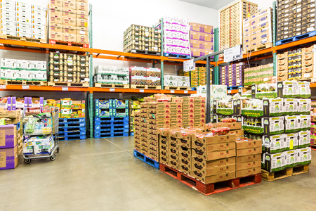 Foto de EAST HANOVER, NJ, USA - SEPTEMBER 27, 2104: Fresh Produce cold room in a Costco store. Costco Wholesale Corporation, a membership only warehouse club, is the second largest retailer in USA. - Imagen libre de derechos