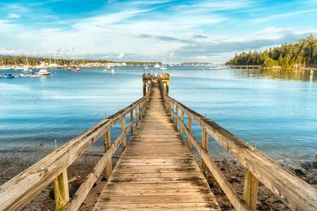 Photo pour Wooden pier in Southwest Harbor Marina, Acadia National Park, Maine - image libre de droit
