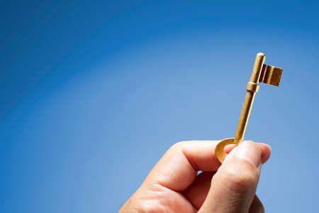 Photo pour Hand holding the key to success - image libre de droit