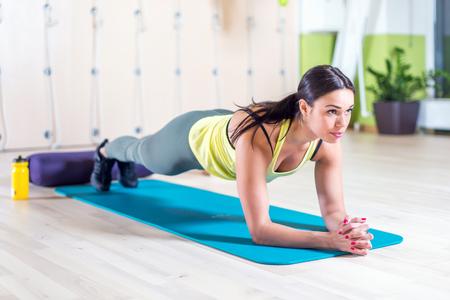 Foto de fitness training athletic sporty woman doing plank exercise in gym or yoga class concept exercising workout aerobic. - Imagen libre de derechos