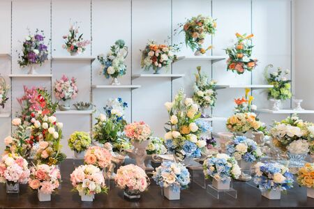 Photo pour Decorative bouquets of colorful flowers on the shop showcase - image libre de droit