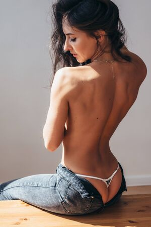 Photo pour Back view of naked back young woman - image libre de droit