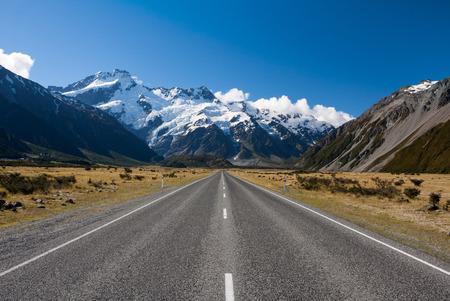 Foto de Straight road to the mountains - Imagen libre de derechos