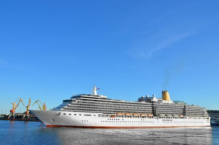 Photo pour Cruise tourist ship mooring in port of Odessa, Ukraine - image libre de droit