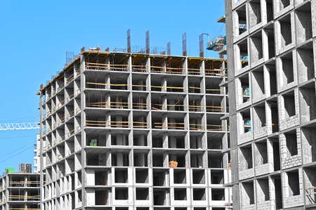 Photo pour High-rise building construction site work with scaffolding - image libre de droit