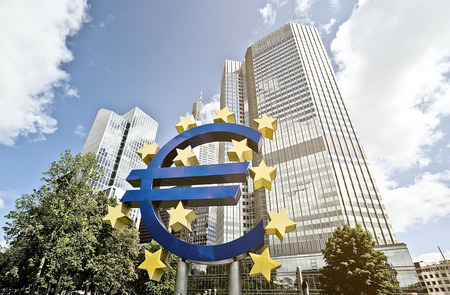 Photo pour Euro Sign in front of the European Central Bank (ECB) headquarter building in Frankfurt am Main, Germany - image libre de droit