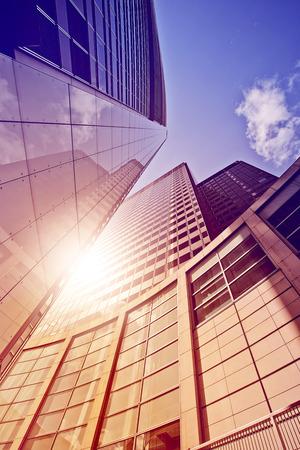 Foto de modern glass and steel office tower in the sun, Frankfurt am Main, Germany - Imagen libre de derechos